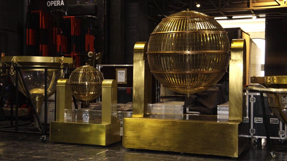 Los bombos de la Lotería de Navidad 2018 ya se encuentran instalados en el Teatro Real de Madrid. Foto: LAE