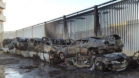 Imagen de los coches calcinados por el incendio (Foto: EFE).