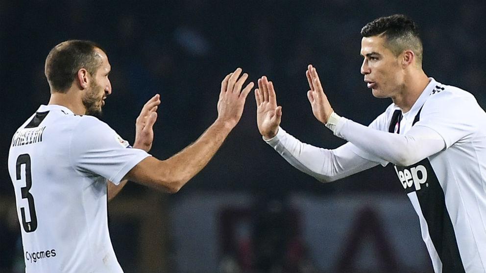 Cristiano Ronaldo celebra con Chiellini su gol al Torino. (AFP)