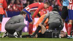 Griezmann se preocupa por Koscielny en el momento de la lesión. (AFP)