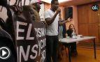 """Unos manteros asaltan una charla de Rita Maestre al grito de """"racista, racista"""""""
