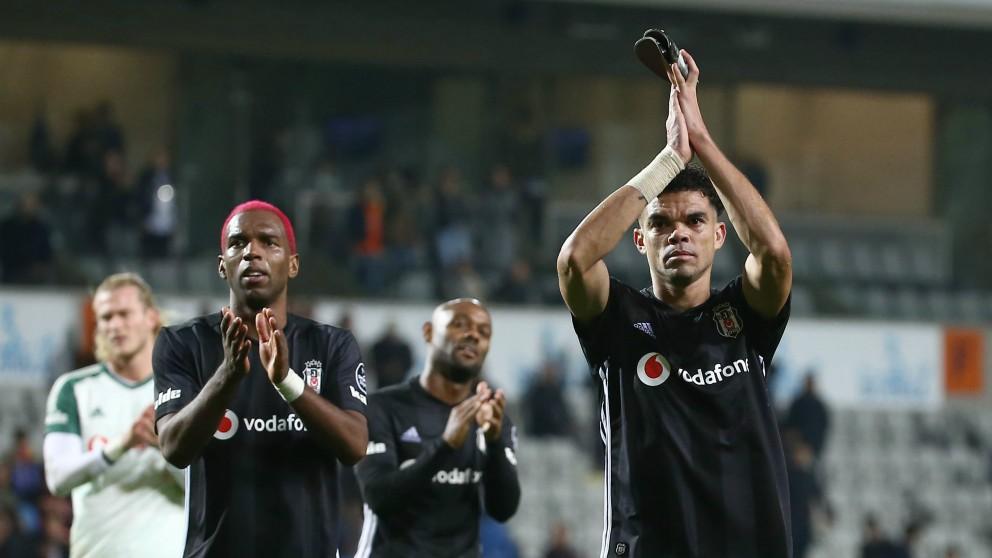 Pepe saluda a la afición del Besiktas. (Getty)