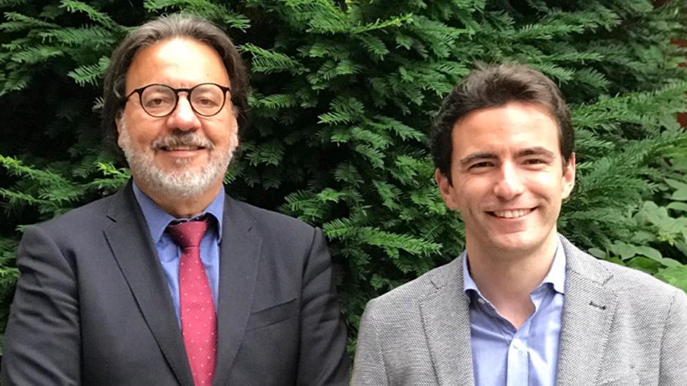 El decano de las firmas falsas de la Universidad de Cantabria, Pablo Coto, junto al líder del PSOE de Santander, Pedro Casares