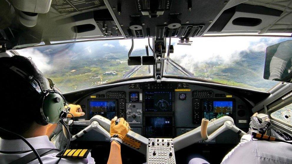 Facebook: Dejan pilotar el avión a un cantante famoso
