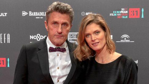 El director de 'Cold War' posa junto a su esposa en la alfombra roja (Foto: EFE).