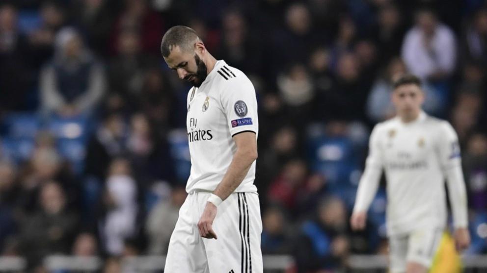 Benzema, cabizbajo, en un partido del Madrid. (AFP)