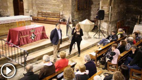 El abogado de Puigdemont en España, Jaume Alonso-Cuevillas, es aplaudido por el público en una conferencia sobre el 'procés' en la iglesia de Liñola (Lérida) (Foto: Eva Llauet)
