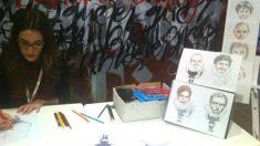 Laura Luelmo realizando caricaturas durante una exposición en el Museo de la Biblioteca Nacional