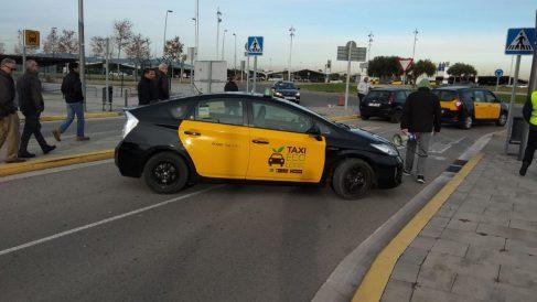 Un taxi bloquea una entrada al aeropuerto de Barcelona