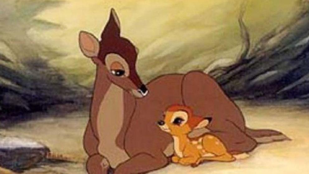 El pequeño cervatillo 'Bambi' acompañado de su madre en la película de Disney.