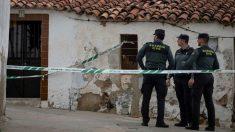 La Guardia Civil custodia la casa número 1 de la calle Córdoba de El Campillo (EFE).