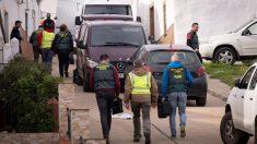 Efectivos de la UCO Guardia Civil se dirigen a una vivienda en la calle Córdoba de El Campillo (Huelva) para inspeccionarla, tras encontrar el lunes el cadáver de la joven zamorana Laura Luelmo. Foto: EFE