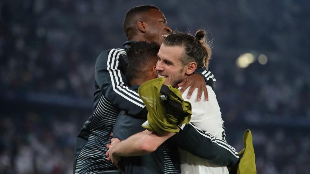 Bale celebra uno de sus goles con sus compañeros. (AFP)