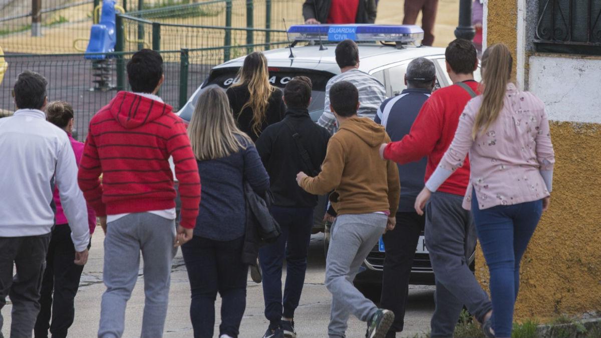 Vecinos de El Campillo siguen el coche que trasladaba a Bernardo Montoya (EP).