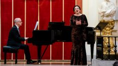 Momento de la interpretación de Lucía Castelló y Alejandro Zabala en la Real Academia de Bellas Artes de San Fernando (Madrid).
