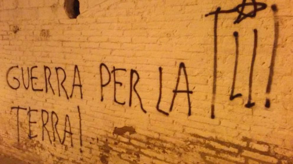 Pintadas de «guerra por la tierra» junto a un símbolo de la organización terrorista Terra Lliure en el exterior de una iglesia de Barcelona (Foto: 'E-Notícies)