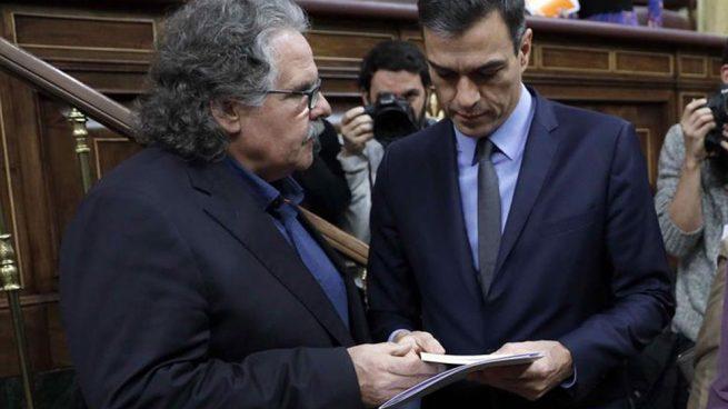 El presidente del Gobierno, Pedro Sánchez (d) y el portavoz del ERC, Joan Tardà, en el Congreso de los Diputados. (Foto: EFE)