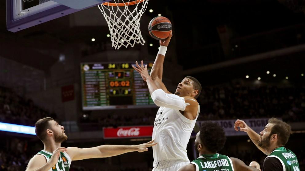 Tavares anota ante la mirada de los jugadores de Panathinaikos. (EFE)