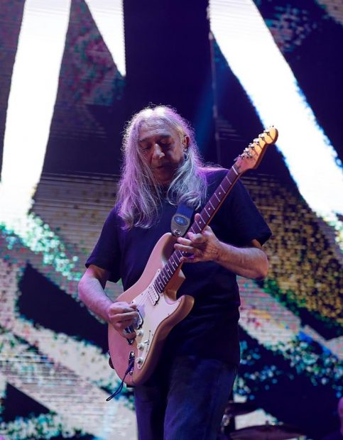 El rockero madrileño Rosendo, durante su actuación hoy en el WiZink Center, en el concierto con el que se despide de Madrid después de 45 años de rock. Foto: EFE