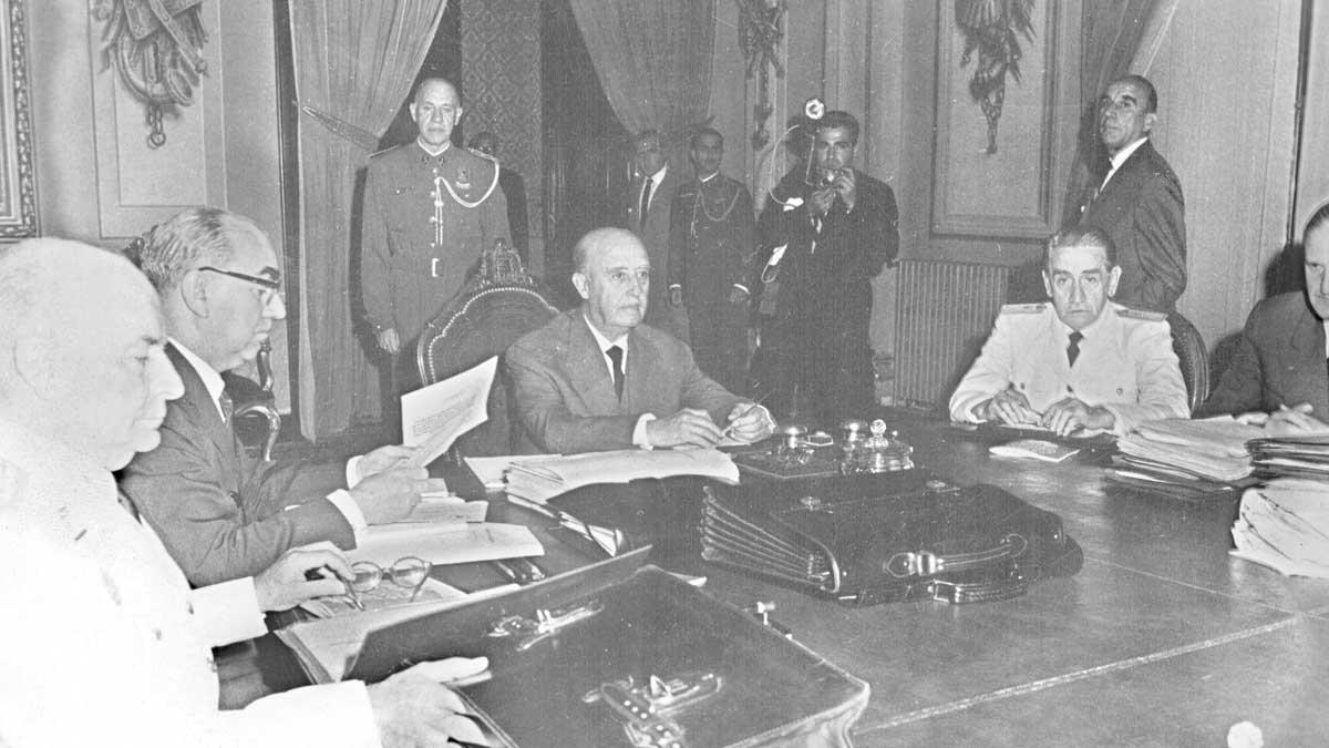 Franco presidiendo el Consejo de Ministros en el Palacio Real de Pedralbes (Barcelona). Foto: EFE