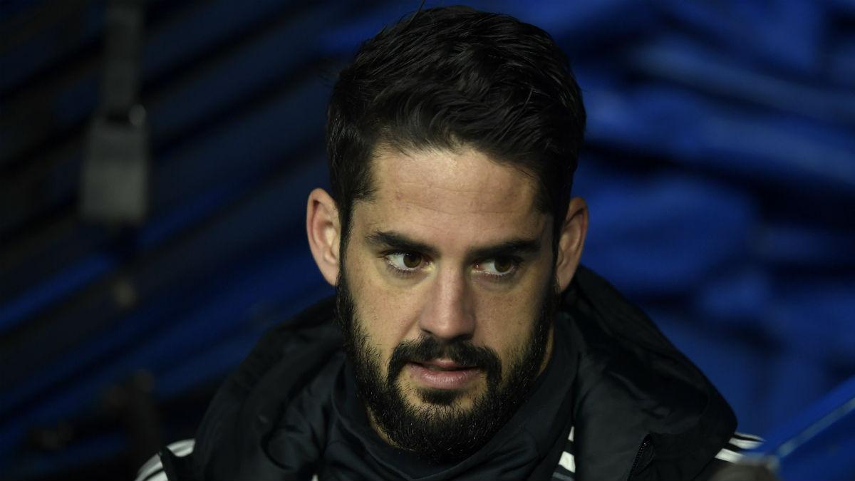 Isco, durante un partido del Real Madrid, en el banquillo (AFP).