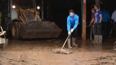 Nadal ayuda a achicar agua tras las inundaciones. (Europa Press)