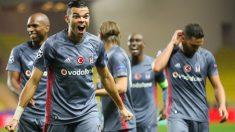 Pepe, el jugador más deseado del mercado de fichajes, celebra un gol con el Besiktas. (AFP)