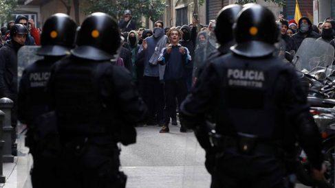 Mossos d´Esquadra frente a simpatizantes independentistas. Foto: EFE