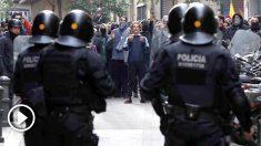 Mossos d´Esquadra frente a simpatizantes independentistas en las inmediaciones de la Llotja de Mar de Barcelona, cerca de Correos, esta mañana se celebró la reunión del Consejo de Ministros en la Ciudad Condal. Foto: EFE