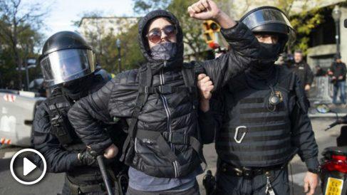 Un manifestante entre dos Mossos d'Esquadra.