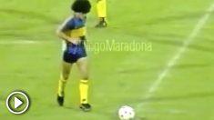 Diego Armando Maradona haciendo magia con un balón.