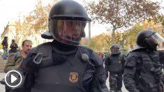 """""""¡Qué república y qué collons!"""", espeta un mosso a un manifestante independentista"""