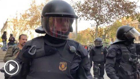 «¡Qué república y qué collons!», espeta un mosso a un manifestante independentista