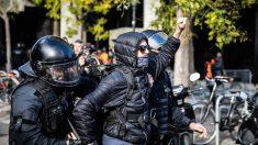 Dos Mossos detienen a un CDR. (Foto: EP)