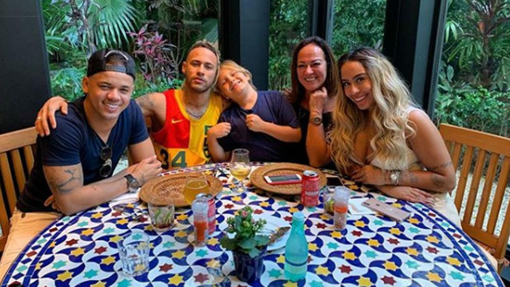 Neymar junto a su familia.