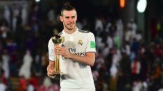 Gareth Bale posa con el Balón de Oro del Mundial de Clubes 2018. (AFP)