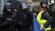 Un 'chaleco amarillo' habla con la policía francesa. Foto: Europa Press