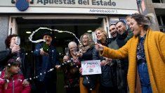 La administración de lotería número 1 de Castellbisbal (Barcelona) ha venido en ventanilla una serie del segundo premio del sorteo extraordinario de la lotería de Navidad, que ha correspondido al número 21.015, dotado con 1.250.000 euros a la serie. EFE/ Enric Fontcuberta.