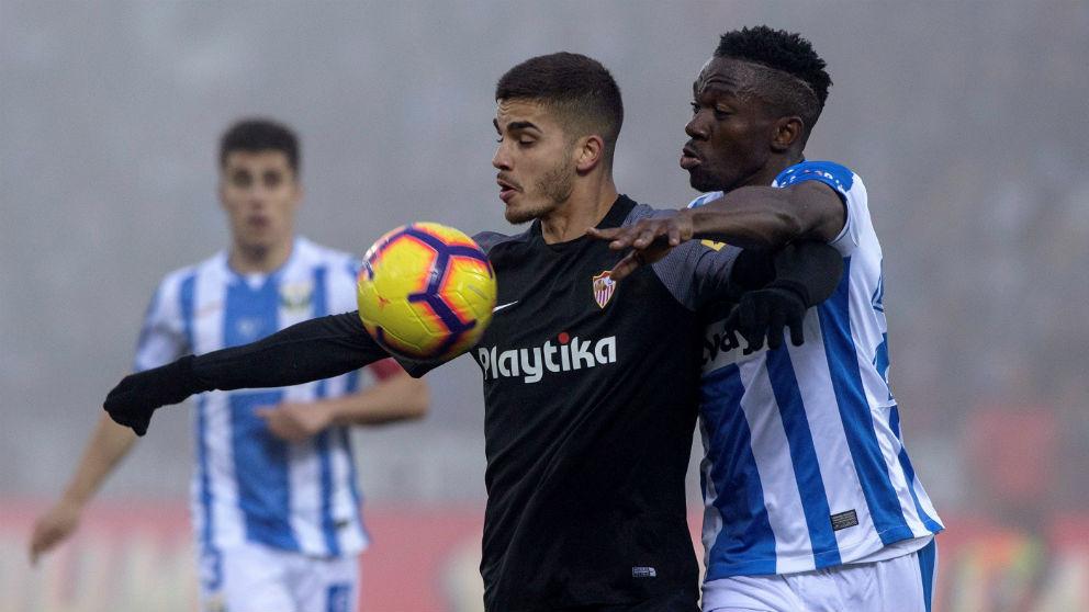 André Silva pelea un balón con Omeruo. (EFE)