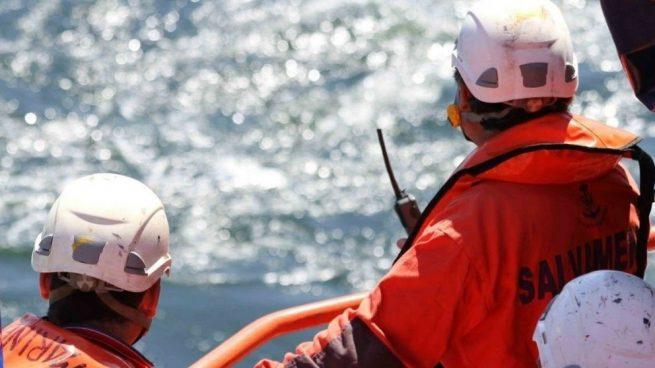 Rescatados tres inmigrantes a bordo de una patera tipo 'toy'