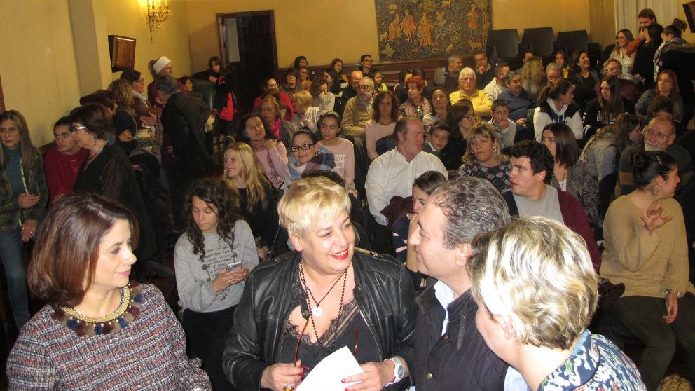 La alcaldesa junto a actores voluntarios que participan en Las Bodas de Isabel de Segura. Foto: Europa Press