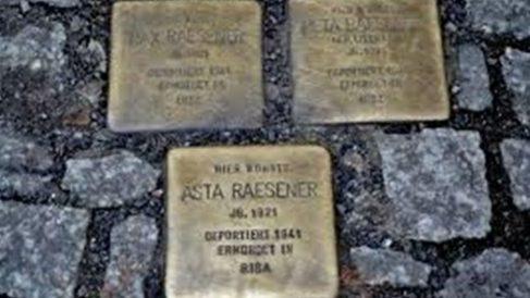 Adoquines en memoria de los deportados a campos de concentración nazi.