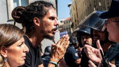 El canario Alberto Rodríguez conversando con la Policía. (Foto. Podemos)
