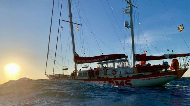 El barco Astral regresa a Badalona tras entregar comida y medicamentos a los más de 300 inmigrantes del Open Arms