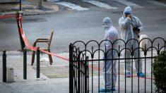 Operarios griegos inspeccionando el lugar donde se ha producido el incidente. Foto: AFP