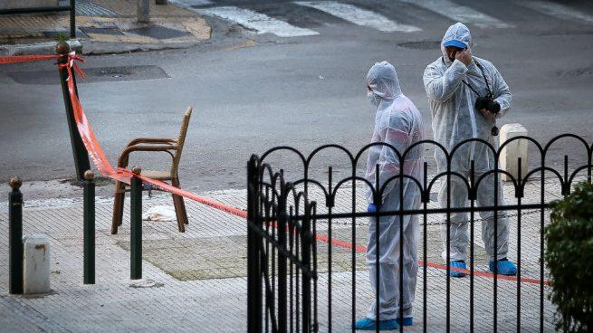 Un policía y un civil resultan heridos al explotar una bomba junto a una iglesia en Atenas