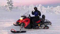 Piqué, subido a una moto de nieve