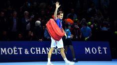 Roger Federer abandona la pista tras caer en Londres ante Zverev (AFP).
