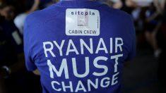 Tripulantes de Cabina de Pasajeros (TCP) de Ryanair durante una protesta en el aeropuerto Adolfo Suárez Madrid-Barajas (Foto: Getty)