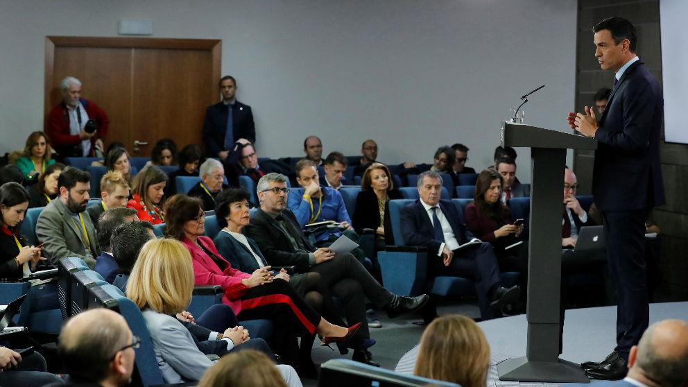 Pedro Sánchez, con sus asistentes en primera fila, en su comparecencia tras el último consejo de ministros de 2018.